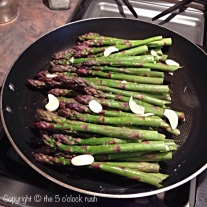 Asparagus steamed with garlic
