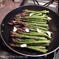 Asparagus steamed with garlic